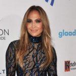 Jennifer Lopez ganha prêmio especial num vestido arrasador!