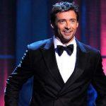 Hoje é dia de ver um Hugh Jackman diferente: como apresentador do prêmio Tony