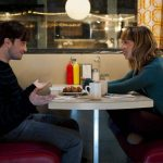 O fofo Será Que?, com Daniel Radcliffe, estreia nos cinemas