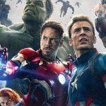 No detalhe, os lindos cartazes de Vingadores: A Era de Ultron