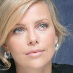 Linda e poderosa, Charlize Theron chega aos 40