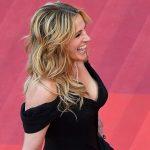 Glamour e pés descalços no tapete vermelho do festival de Cannes