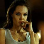 O novo look loiro de Angelina Jolie