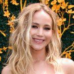 Jennifer Lawrence mostra o anel de noivado em evento